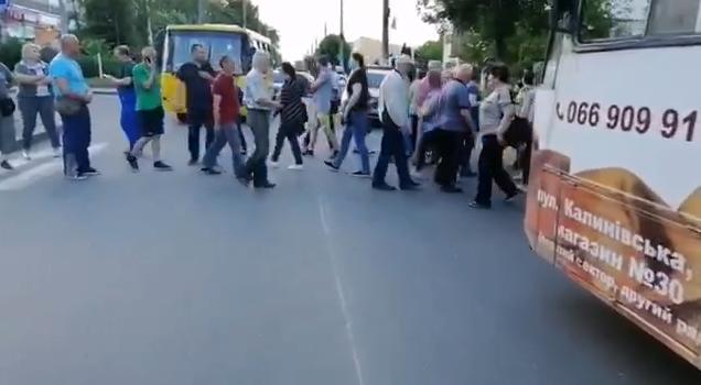 Чернівчани у знак протесту перекрили одну з вулиць, фото-1