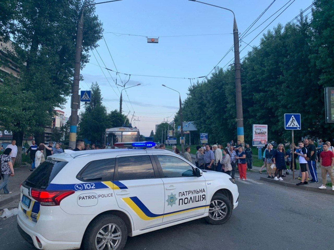 Чернівчани у знак протесту перекрили одну з вулиць, фото-2