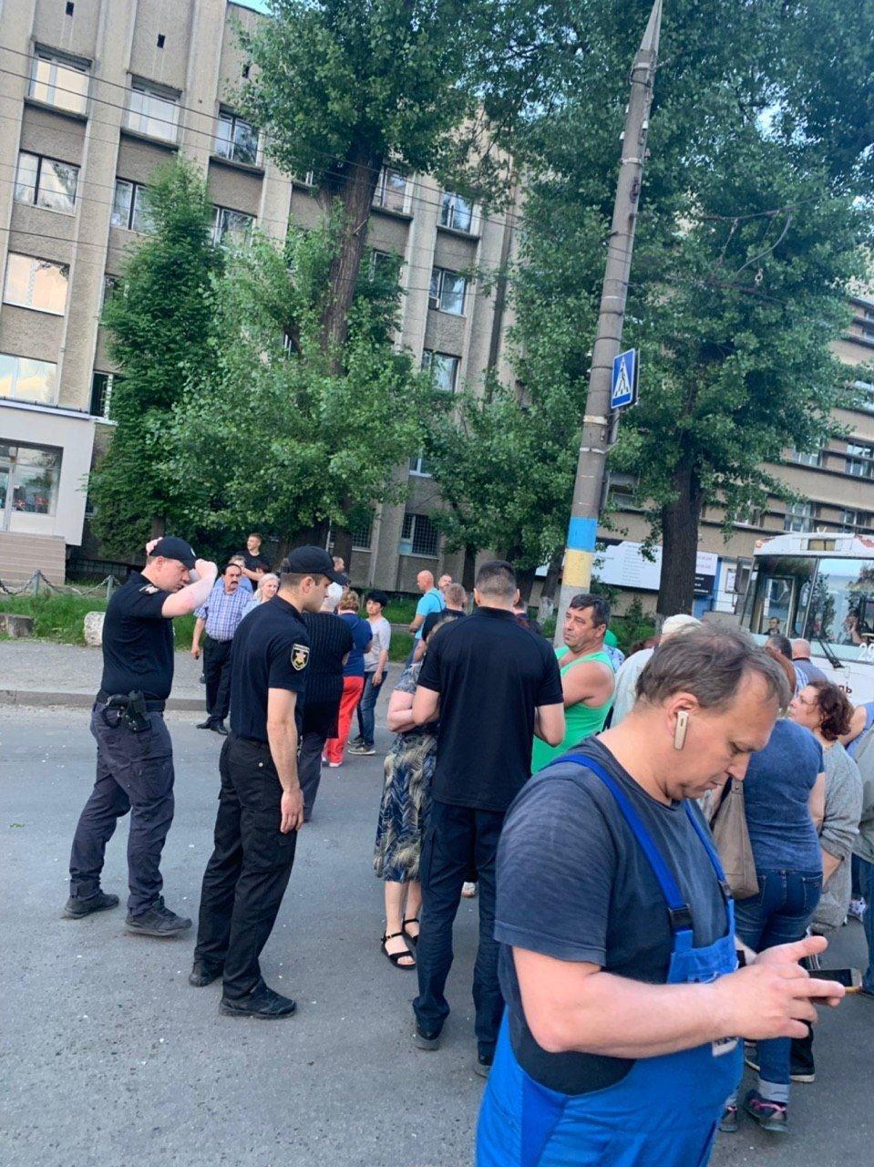 Чернівчани у знак протесту перекрили одну з вулиць, фото-3