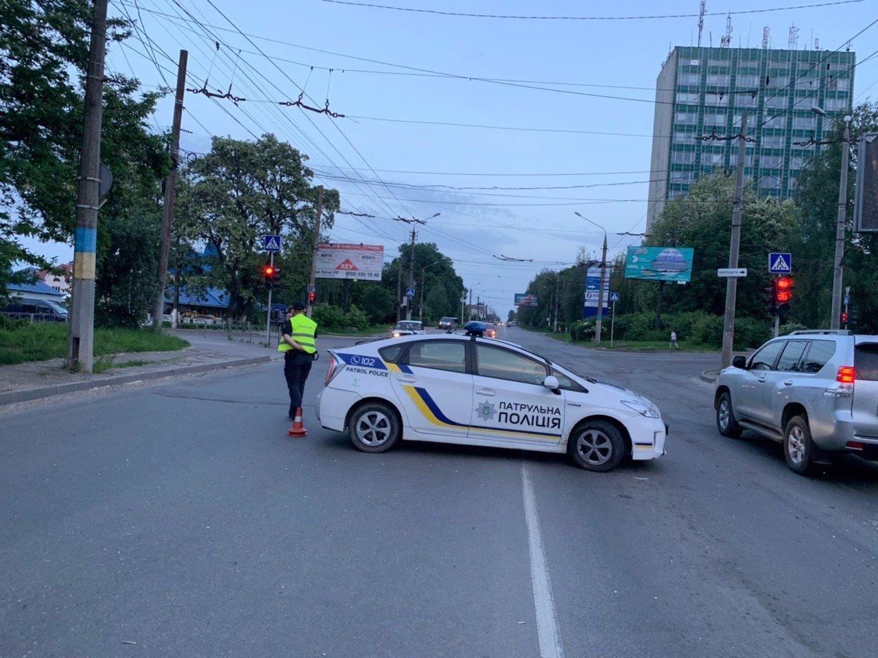 Чернівчани у знак протесту перекрили одну з вулиць, фото-4