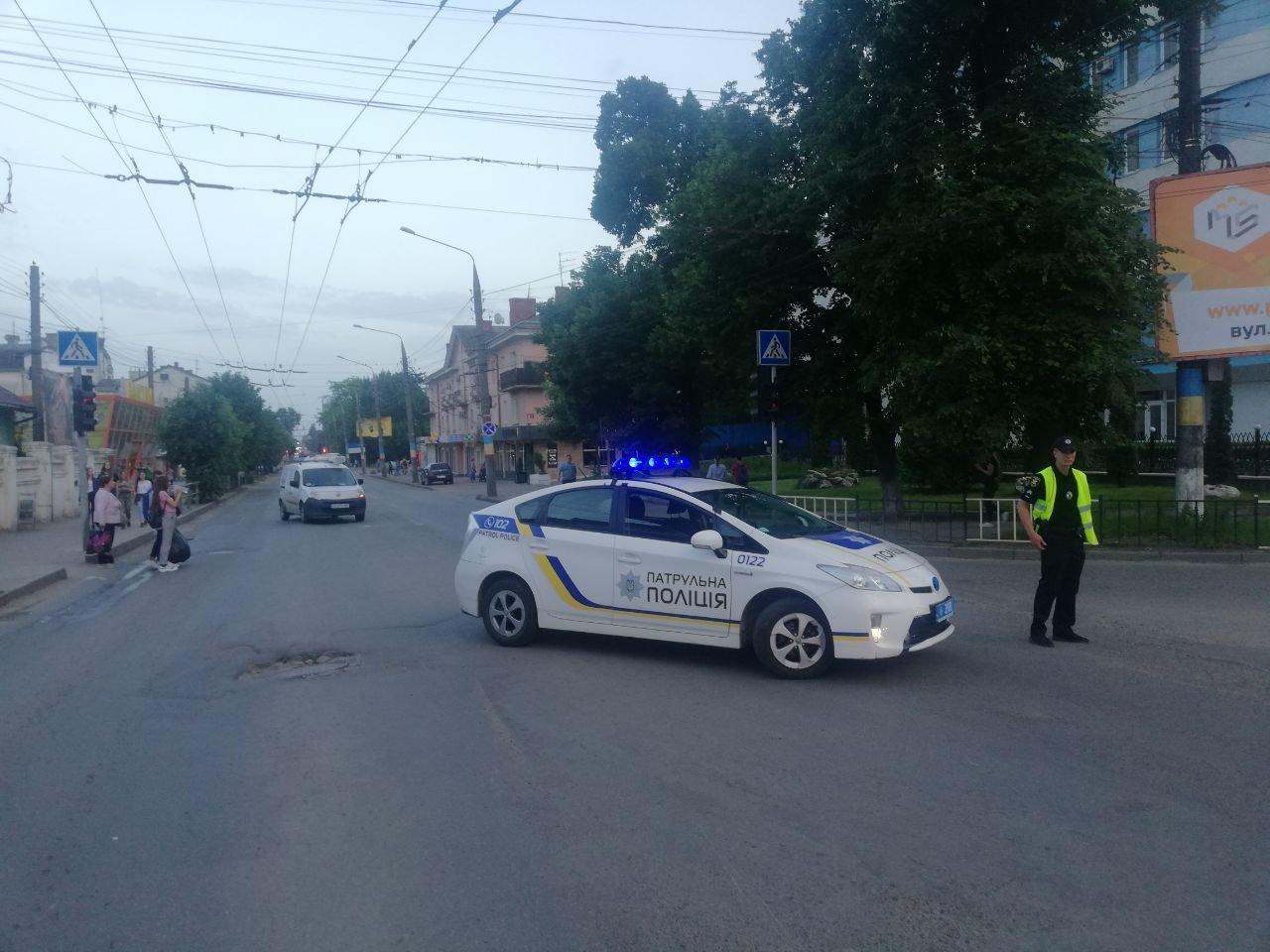 Чернівчани у знак протесту перекрили одну з вулиць, фото-5
