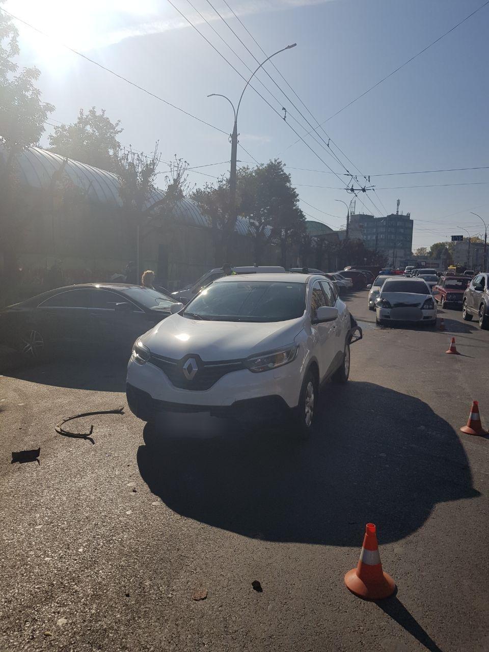 Ускладнений рух на проспекті у Чернівцях через ДТП - ФОТО, фото-1