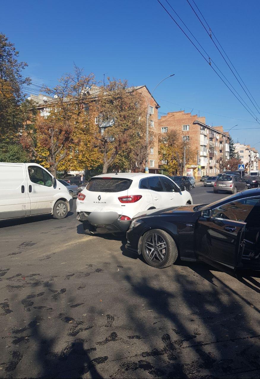 Ускладнений рух на проспекті у Чернівцях через ДТП - ФОТО, фото-2
