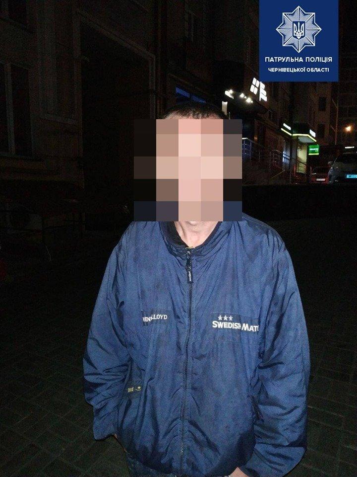 Затримати чоловіка, що мав при собі наркотики, поліцейським Чернівців допомогли небайдужі, фото-1
