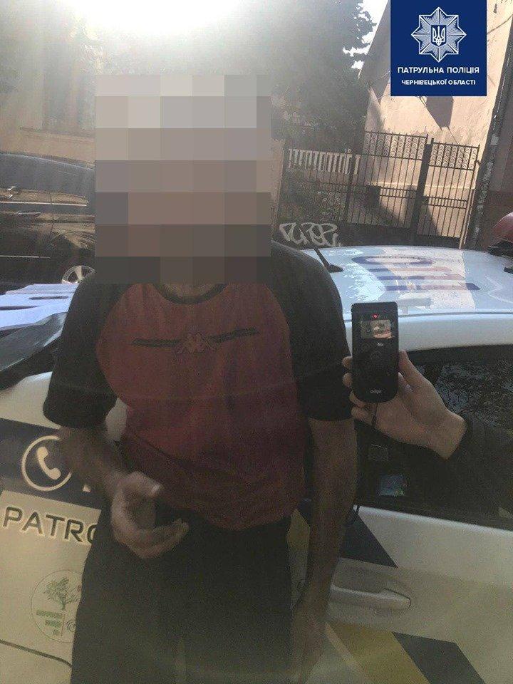 Такий п'яний, що аж засинав: водій у Чернівцях наїхав на електроопору і рухався далі, фото-1