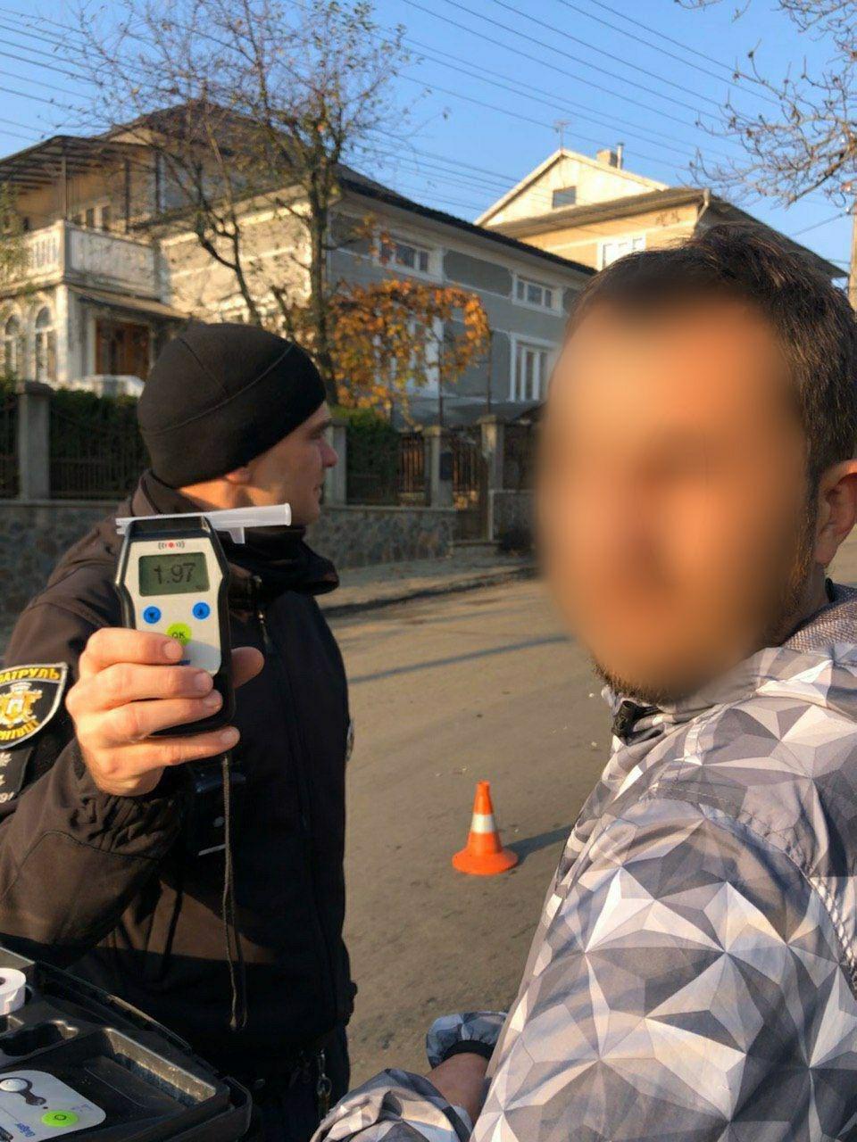 П'яний водій у Чернівцях розтрощив BMW об огорожу - ФОТО, фото-1