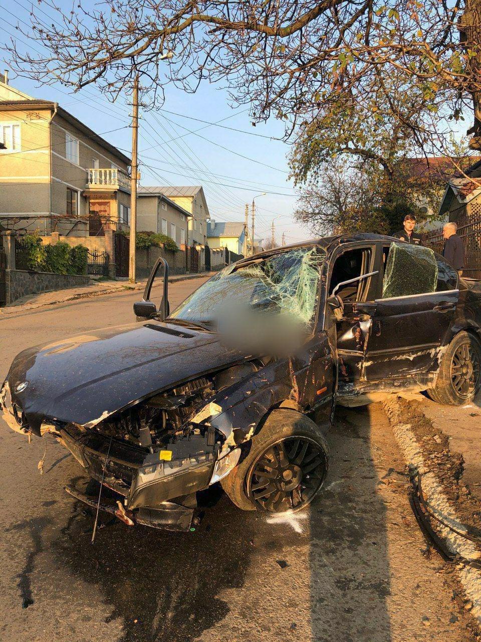 П'яний водій у Чернівцях розтрощив BMW об огорожу - ФОТО, фото-2