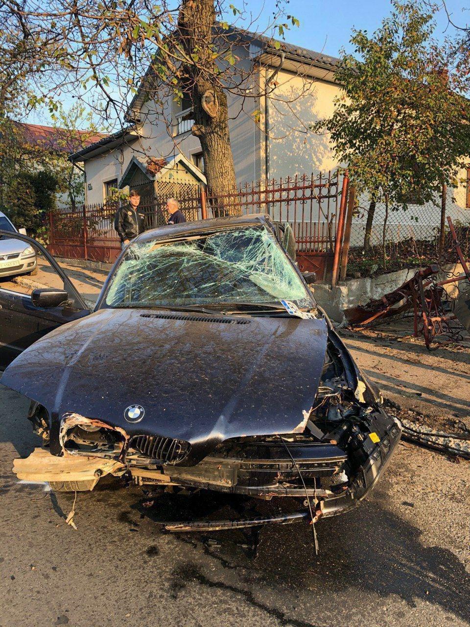 П'яний водій у Чернівцях розтрощив BMW об огорожу - ФОТО, фото-3