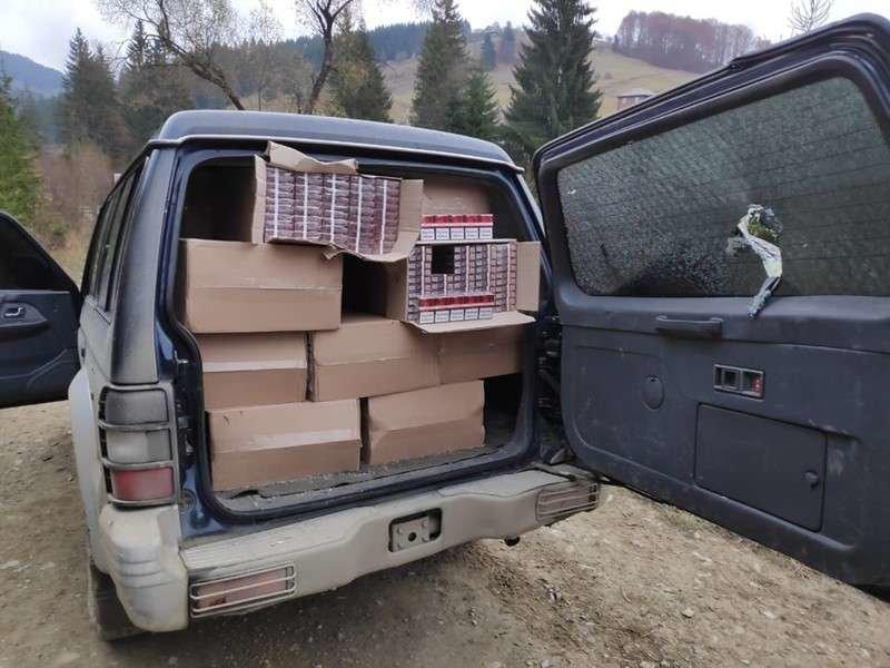 Заповнене цигарками авто виявили на Буковині - ФОТО, фото-1