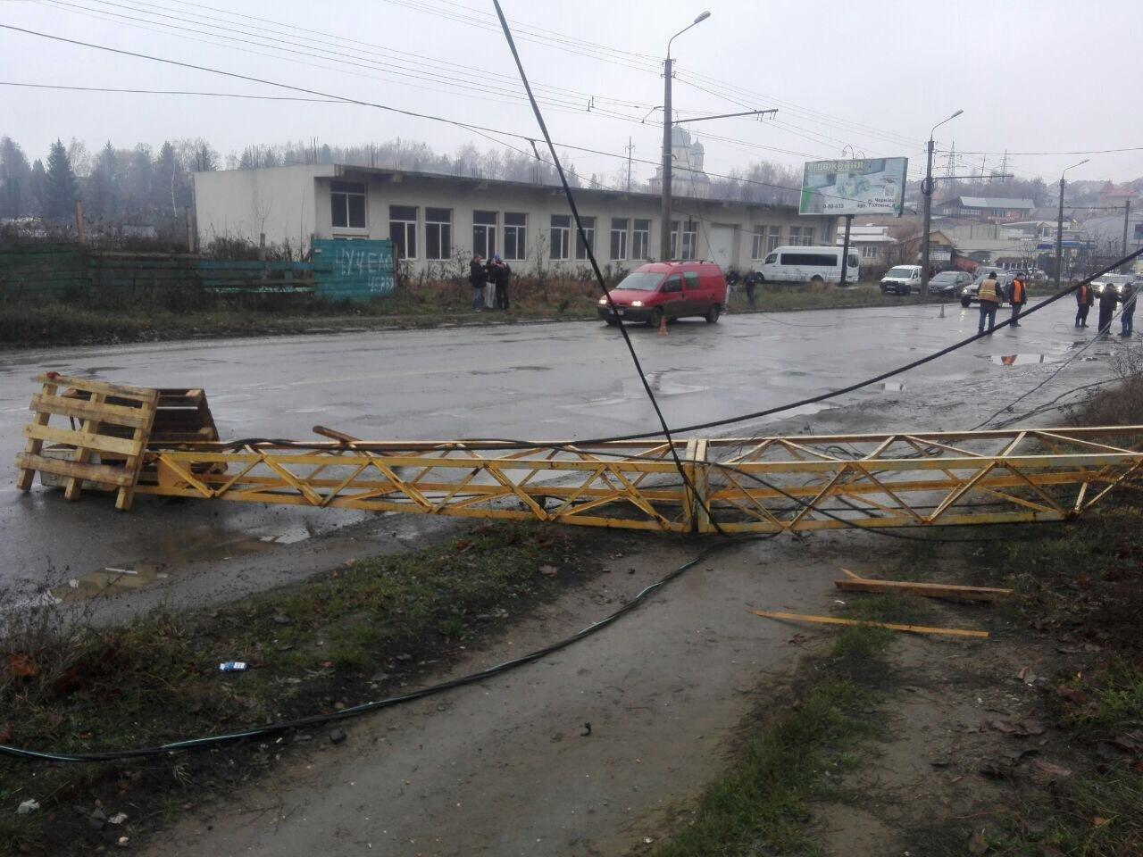 будівельний кран впав на проїжджу частину вулиці - пресслужба Нацполіції в Чернівецькій області