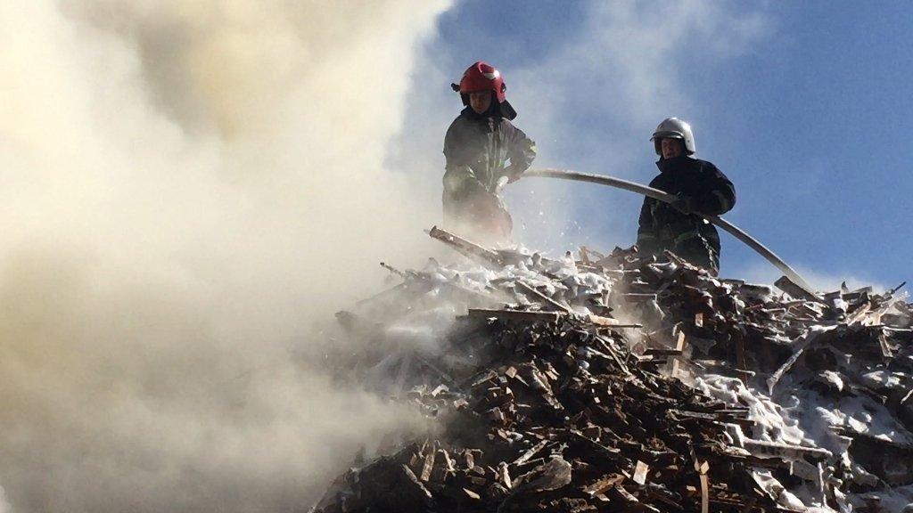 На меблевому підприємстві у Чернівцях горіли відходи та пиломатеріали, фото-3