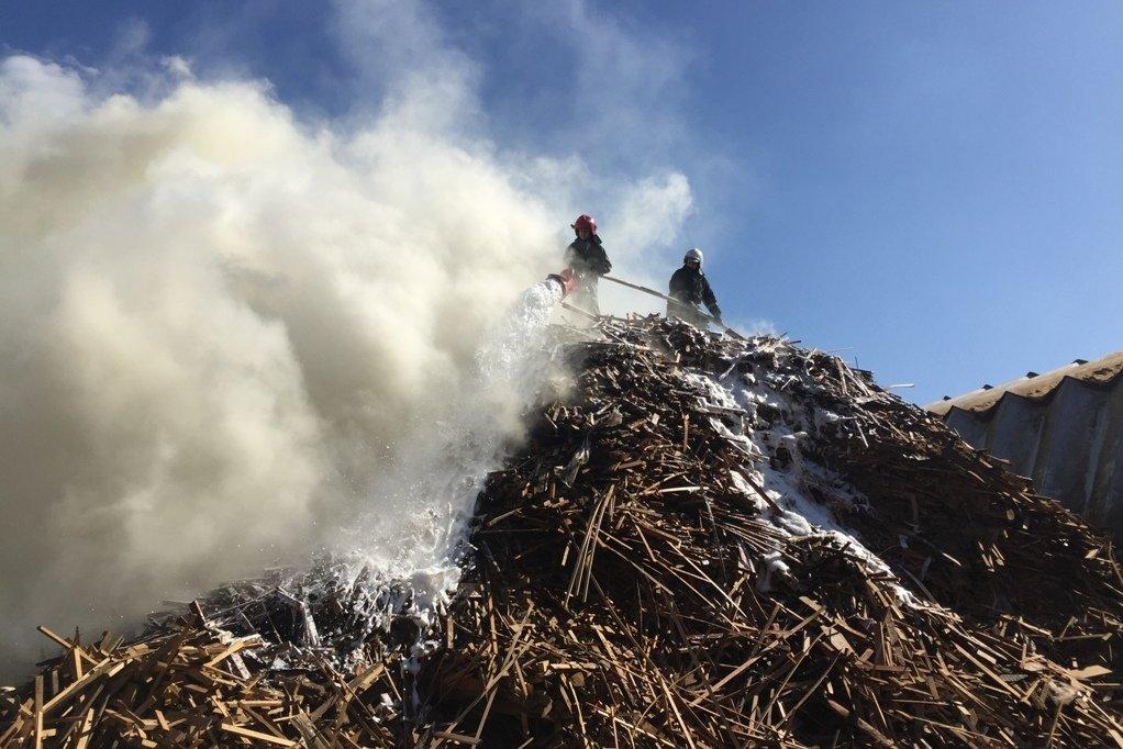 На меблевому підприємстві у Чернівцях горіли відходи та пиломатеріали, фото-2