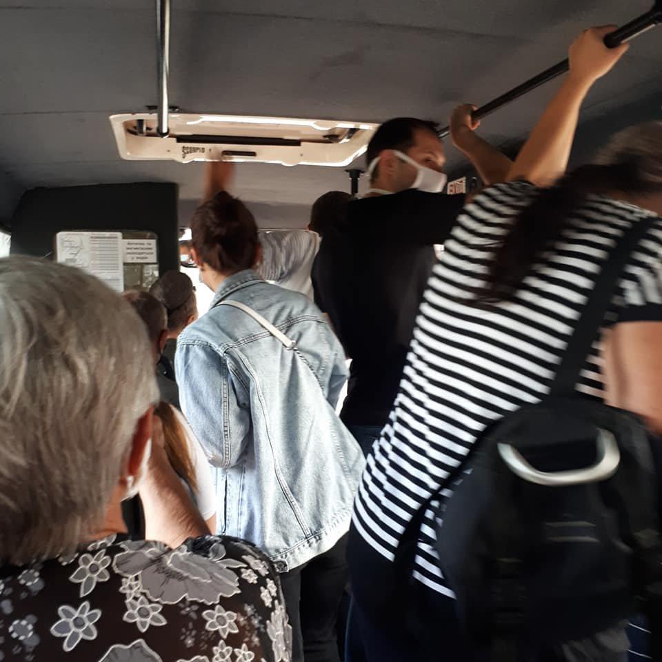 Водій впустив людей у маршрутку, коли всі місця вже були зайняті