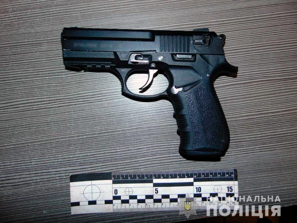 Пістолет, який знайшли у сумці - Фото: відділ комунікації ГУНП в Чернівецькій області