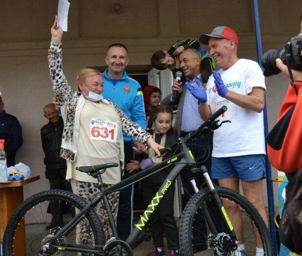 Віталій Михайлішин дарує велосипед на заході, де агітували за його команду