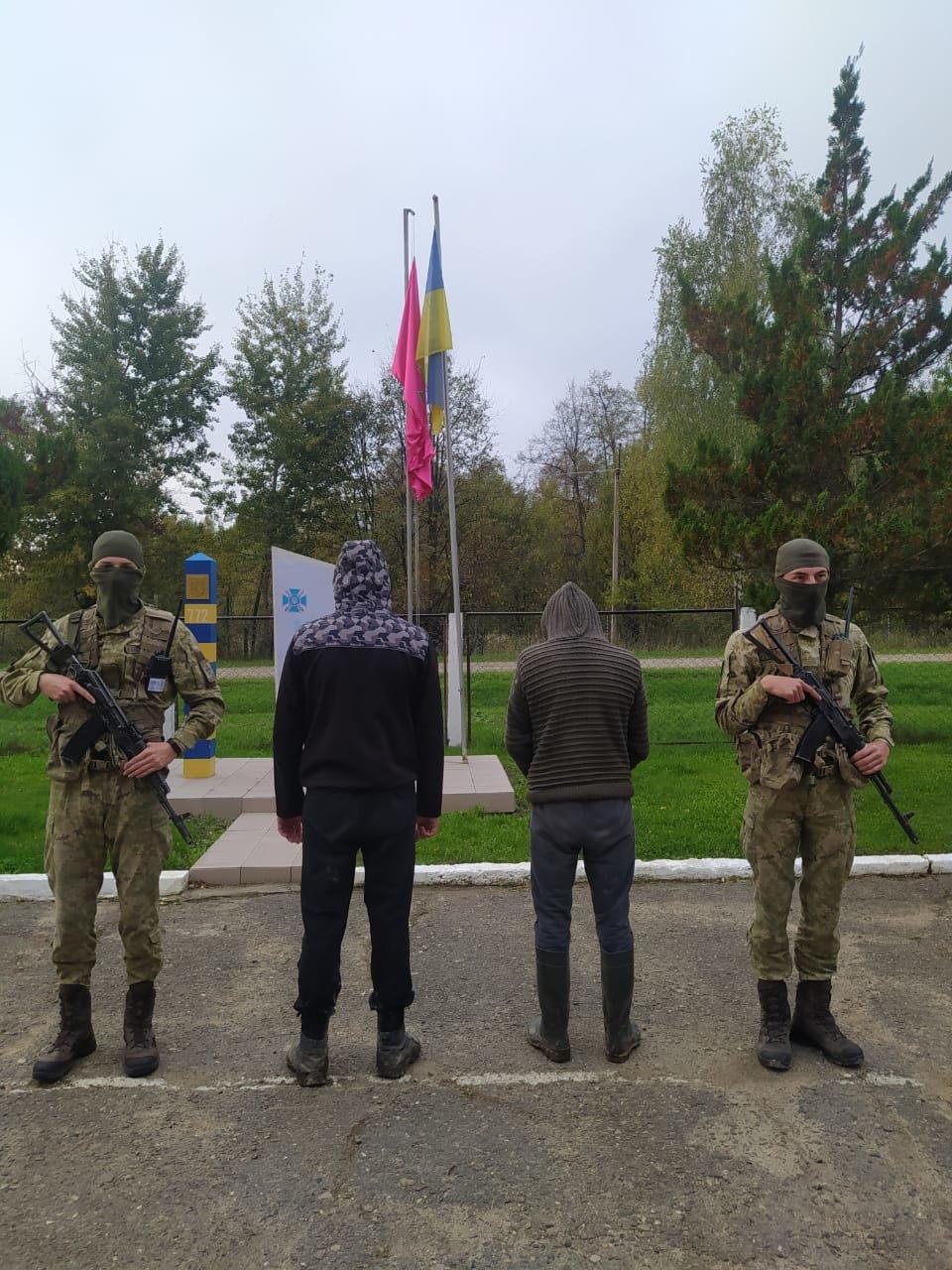 Двоє буковинців вели спостереження поблизу кордону, фото пресслужби Чернівецького прикордонного загону