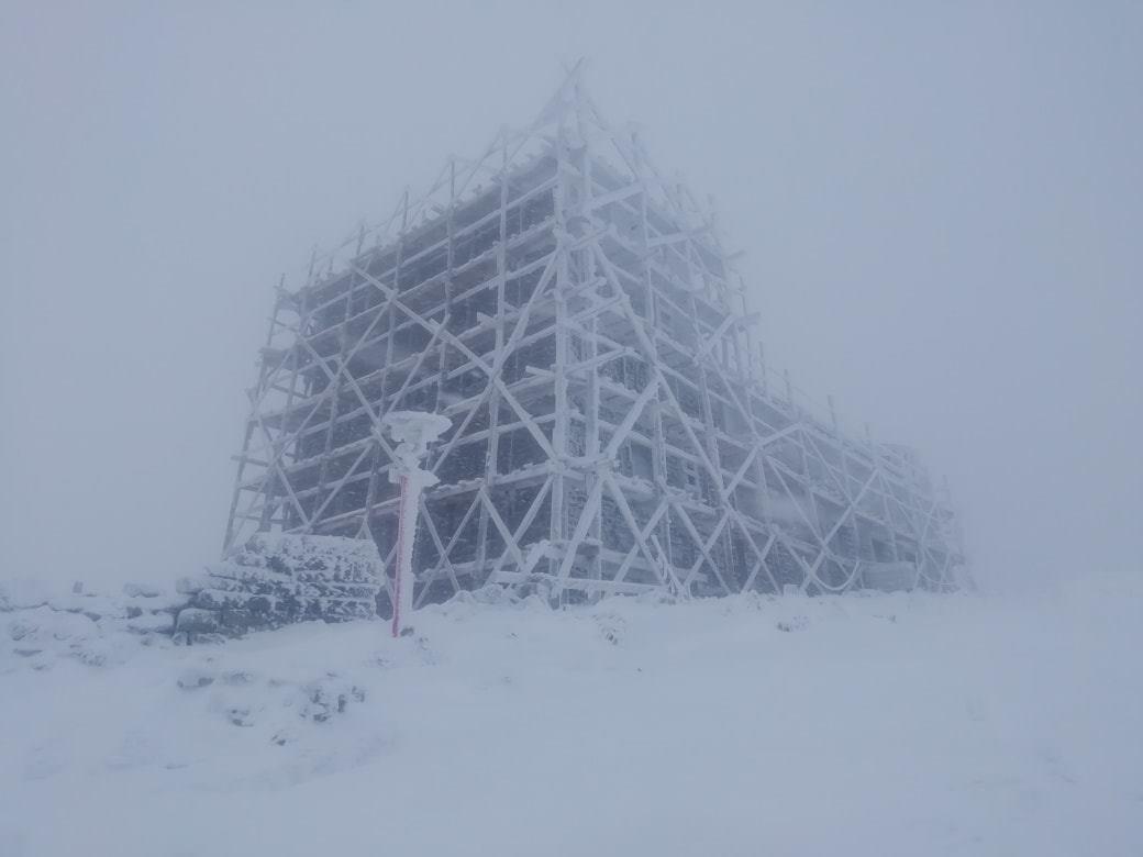 Вершина Піп Іван засипана снігом