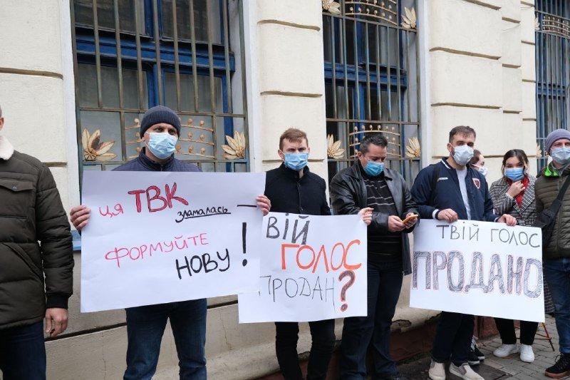 """Мітинг """"Єдиної Альтернативи"""" під стінами Чернівецької ОДА"""
