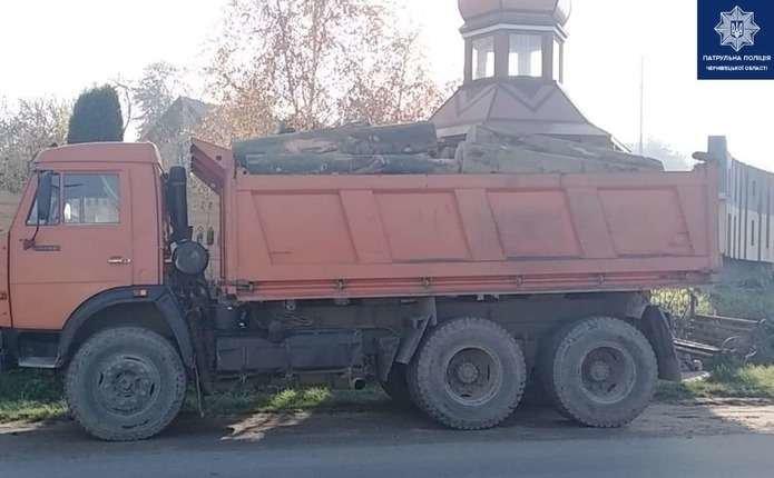 Водій автомобіля перевозив деревину без необхідних для цього документів