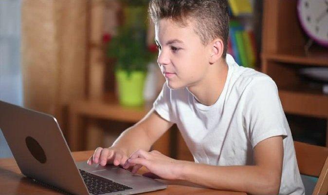 Діти проводять перед екранами понад 6 годин на день - це на 500% більше, ніж до COVID-19