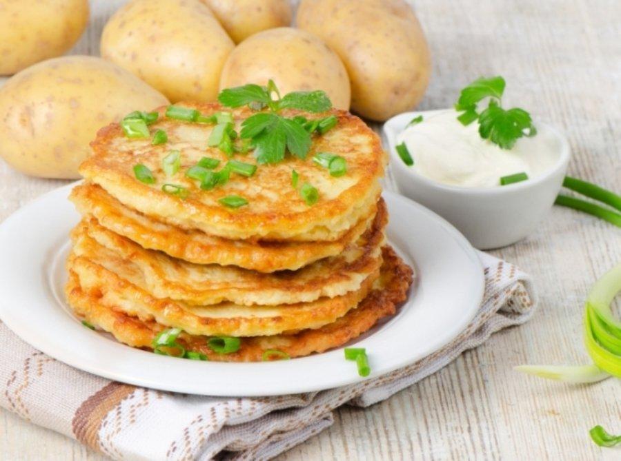 картопляні деруни з додаванням сиру і шинки підходять для перекусу