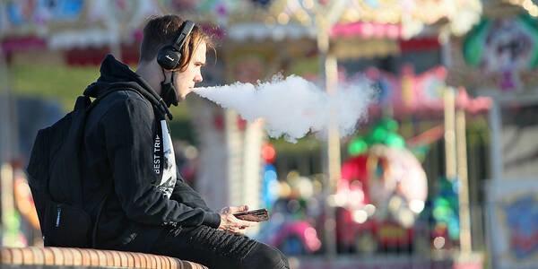підлітки, які регулярно курять електронні сигарети, значно частіше хворіють на COVID-19
