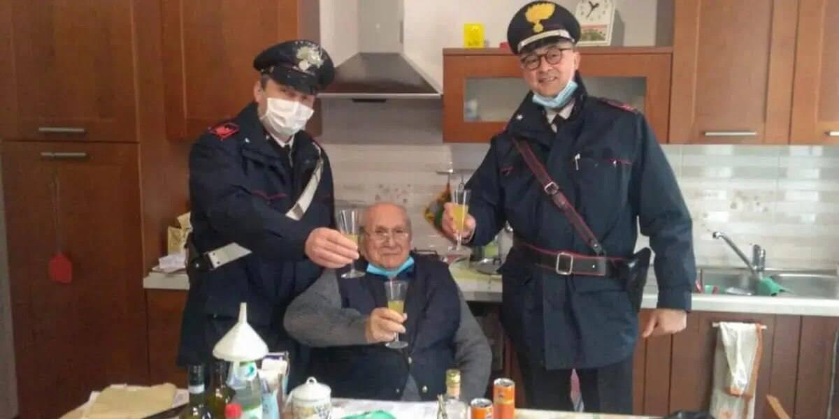 Поліцейські підтримали пенсіонера на Різдво