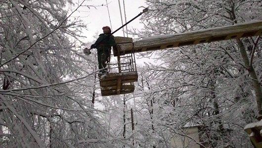 аварійні служби відновлюють пошкоджені лінії електропередач