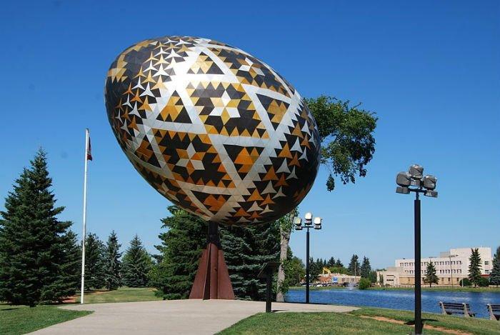 Дванадцятиметровий пам 'ятник українській писанці, канадське місто Вегрівіль, провінція Альберта