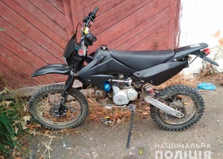 Відкотив додому: на Прикарпатті чоловік вкрав з-під кафе чорний мотоцикл