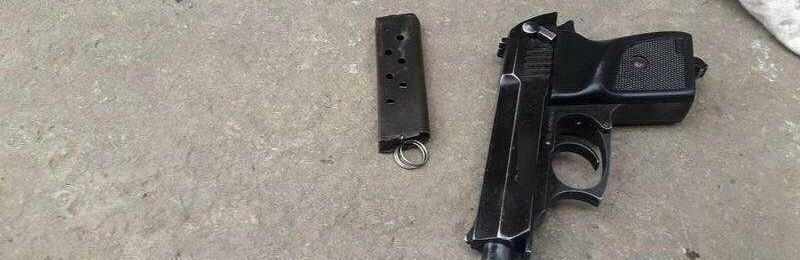 Розгулював по вулиці зі зброєю - пістолет та набої до нього вилучили в буковинця